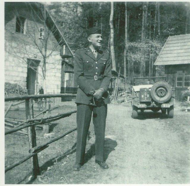 Lt. Rothkopf mit Jeep